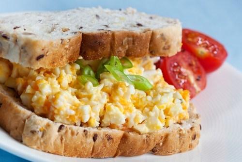 Бутерброды с яйцом, абрикосами и карри