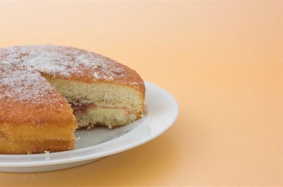 Торт бисквитный с орехами и сырой печенью