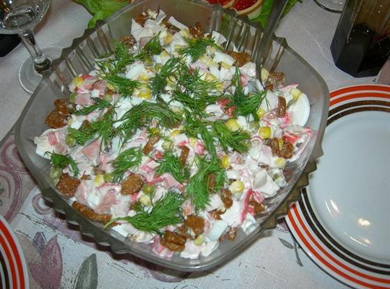 Салат с сухариками и колбасками