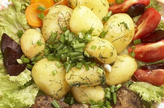 Молодой картофель с зеленым луком