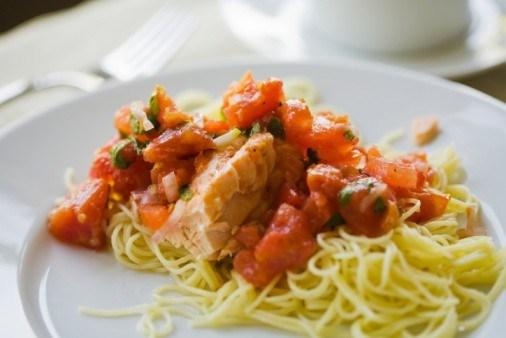 Салат из лосося и лапши с овощами