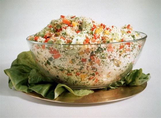 Летний разноцветный салат с кускусом и красными перцами