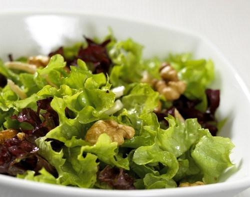 Салат с заправкой из горчицы и грецких орехов