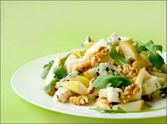 Салат из груш, рукколы, рикотты и панчетты