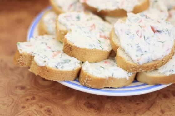 Горячие бутерброды с творогом, соевым соусом и укропом