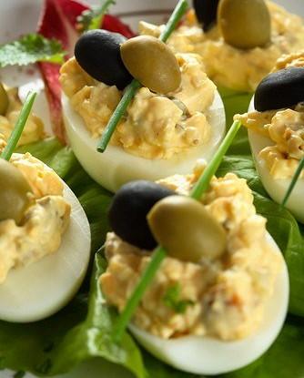 Фаршированные яйца с каперсами и анчоусами по-средиземноморски