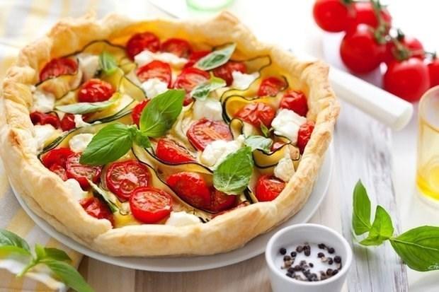 Киш с томатами, базиликом и сыром