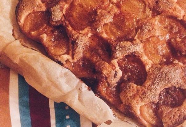 Пирог с карамелизированными сливами и корицей