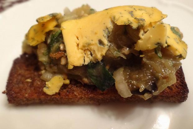 Средиземноморская баклажанная икра с сыром на тостах из черного хлеба