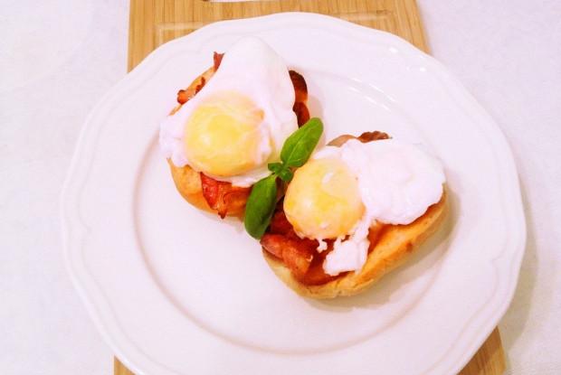 Тосты с беконом и яйцами пашот
