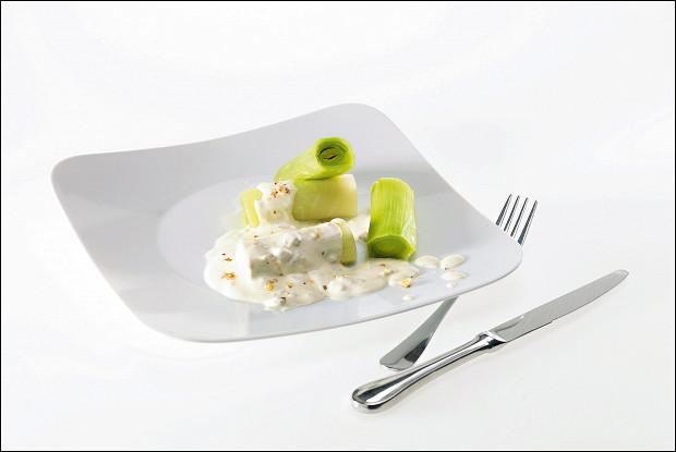 Салат из порея с заправкой из голубого сыра и нежирной сметаны