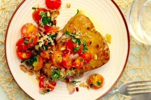 Жареный панированный тунец с салатом из помидоров и трав