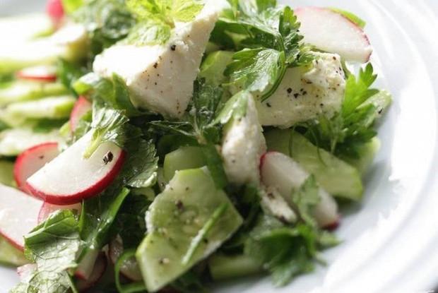 Летний салат с фетой и зеленью