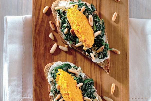 Бутерброд с щавелем, творожным сыром и морковным муссом